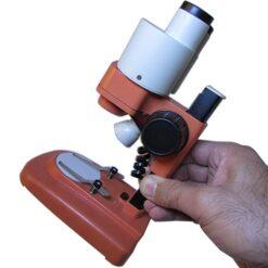 مشاهده ابعاد لوپ دو چشمی 50 برابر با قرار گیری در دست