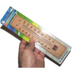 نمای دماسنج چوبی دیواری در دست
