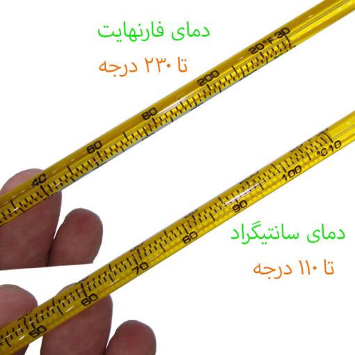 نمای نزدیک از درجه بندی های ترمومتر میله ای الکلی پشت زرد سلسیوس/فارنهایت