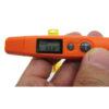 نمایی نزدیک از کلیدها و صفحه نمایش تب سنج نوزاد دیجیتال DT8250